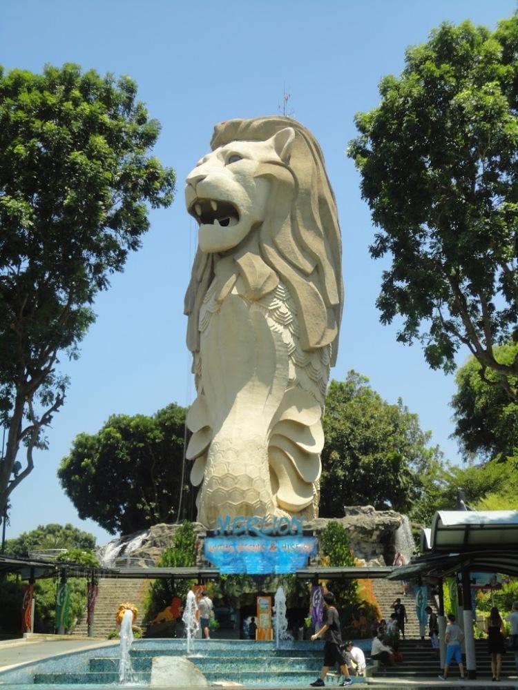 聖淘沙島內的頭頂長天線的魚尾獅