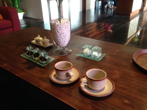 做 SPA 前喝點茶,順便選好療程中所使用的乳液(還是精油之類的)口味。