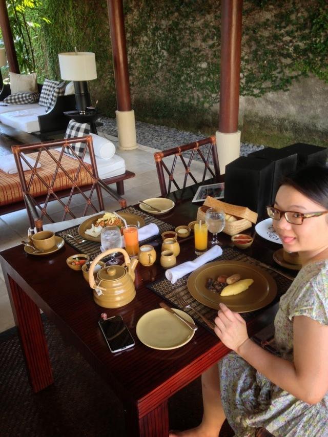 肉桂崗薩的早餐,罐子大大小小的一堆。與本節無關