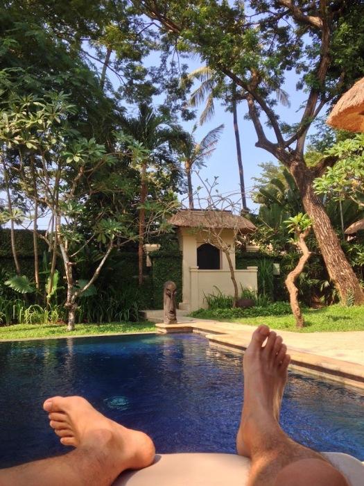找不到換錢數鈔的照片(誰會給你拍照啊!),只好放一張 Villa 內躺在發呆椅上的自拍